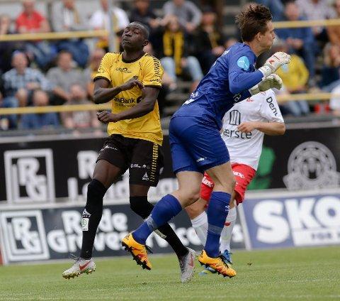 DUELL: MFK-spiller Alagie Sanyang (t.v.) klarte ikke å kapre en plass på årets lag. Det klarte derimot FFKs sisteskanse Håvar Grøntvedt Jenssen fra Ekholt.