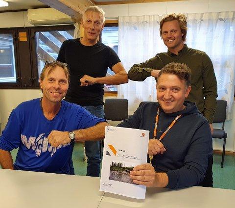 KONTRAKT TIL OVER 42 MILLIONER: Peab Anlegg AS var en av tre leverandører som etter prekvalifisering fikk invitasjon til å levere tilbud på oppdraget. De er, med støttende entreprenør Austad Maskinstasjon AS på vegbygging, tildelt kontrakten med en kontraktssum på ca. 42,7 mill. kroner. Foran fra venstre: Harald Johnsen (prosjektleder i Statens vegvesen) og Gøran Fossmo (distriktsleder i Peab Anlegg AS). Bak fra venstre: Per Randen (byggeleder veg i Statens vegvesen) og Petter Johansen (assisterende prosjektleder i Peab Anlegg AS).