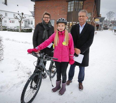Stolte: Sigrid Barth-Heyerdahl fra Vevelstadåsen skole fikk ros i går ettermiddag da Ski kommune innviet tilhengeren med sykkelutstyr som skal brukes rundt om på skolene. Ordfører Hanne Opdan og Ketil Nordengen i trafikksikkerhetsutvalget i Akershus. FOTO: STIG PERSSON