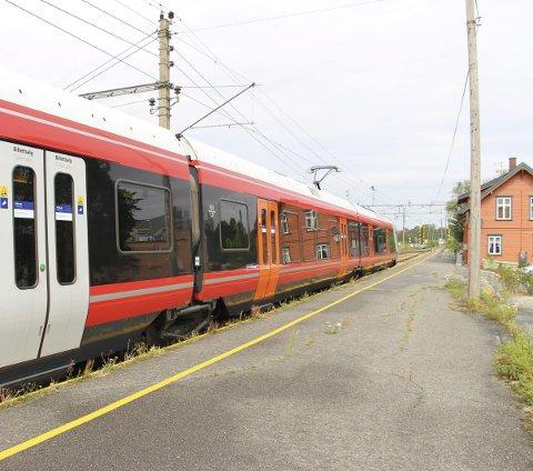 DET TUTES: Toget varsler når det forlater Rakkestad stasjon.