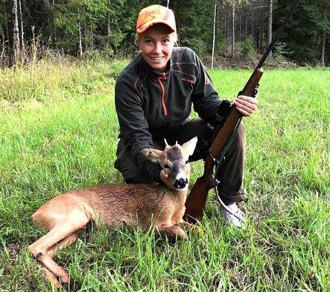 LIKER JAKT: – Jeg liker best å trene, jakte og å være sammen med familie og venner, understreker Sarah Westad (28) mens hun sitter i sitt rette element med børse og en rådyrbukk.