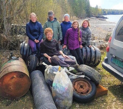 PLUKKET SØPPEL: Det ble funnet mye søppel på et par timer i Saugstadvika lørdag. Fra venstre: Anne Therese Bosmen, Sten Robert Rognerud, Torhild Narvestad Anda, Isis Den Ouden, Gunnhild Bjørdal. Foran: Håvard Hageberg.