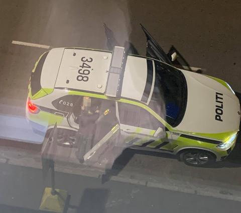 PÅGREPET: Her sitter en av de nå siktede personene inne i politibilen i Lørenskog. Kort tid etter pågripelsen.