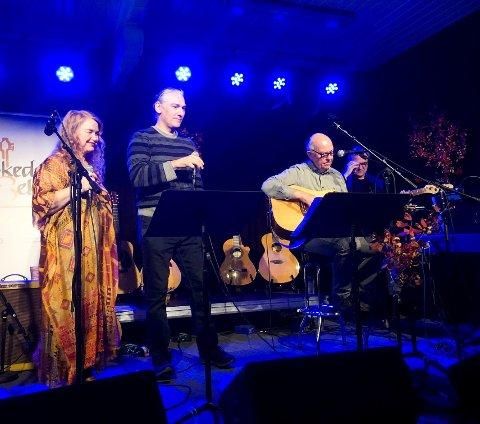 """Her er flere av medlemmene i viseklubben i aksjon under konserten """"Høstvisekveld m/allsang""""  i fjor."""