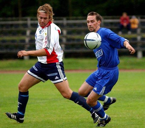 GOD: Per-Ivar Mathisen (t.h.) har hatt en lang og god fotballkarriere, og han spilte blant annet flere gode år i SFK. På dette bildet spiller han for Ullerøy hvor han både startet og avsluttet karrieren.