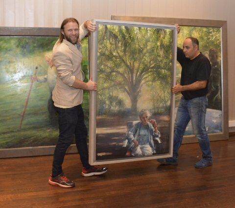 RIGGER: Aune Sand (t.v.) og Ferahe Kébaili holdt på å rigge utstillingen til lang på natt til fredag. Den åpner i storsalen på Kulturtorget i morgen.