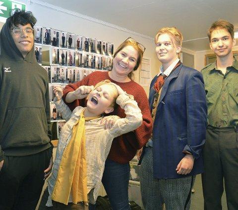 – GLEDELIG: – Det er veldig høy kvalitet på de mange unge skuespillerne, sier kulturprodusent Anett Roselin Svardal, sammen med aktørene Sondre Aasgaard (f.v.), Jonas Løken (som blir tatt hardt i øret), Magnus Bremnes og Benjamin Nilsen.