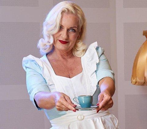 PÅ HJEMMEBANE: Jorunn Sørensen i 50-tallsstil, slik vi kjenner henne. Men hva har hun på seg hjemme i stua på en regnværsdag? Det lurte vi på.