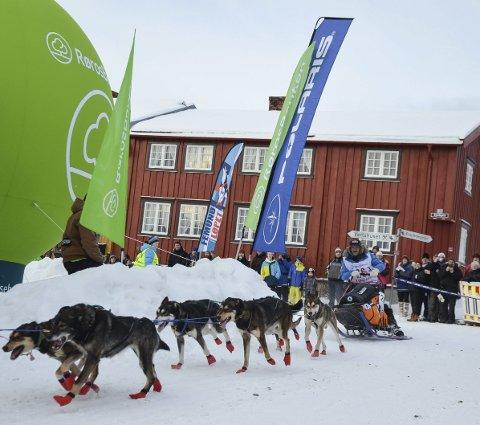 KJERKGATA: Femundløpets deltakere suser opp Kjerkgata etter starten. Foto: Guri Jortveit