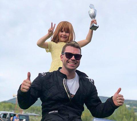 TOMLER OPP: Jørn Svendsen kunne juble for tredjeplass og pokal i breisladd-konkurransen på Vinjarmoen. Datteren Melissa Green Flåt (4) fikk æren av å løfte pokalen.