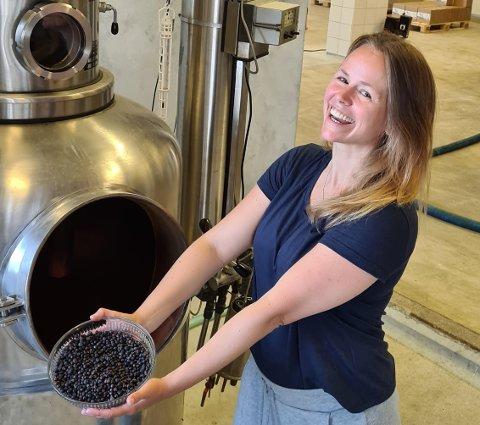 Therese Storebø Østervold ved Fedje-destilleriet Feddie Ocean Distillery. Her held ho fram einebær som brukast i produksjonen av ginen «Nine Sisters».