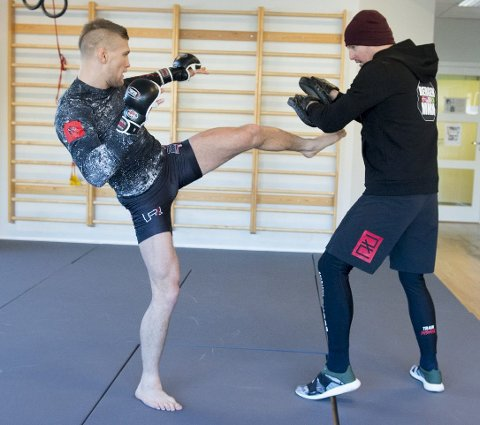 MMA-utøver Alexander Jacobsen får tøff motstand i O2 Arena lørdag kveld.