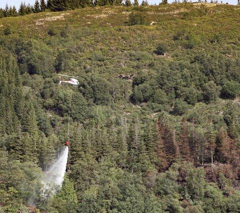 Helikopter hjelper til med å slukke skogbrann på Osterøy.