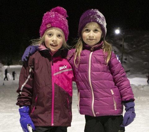 Fikk smaken: Venninnene Julia Sørås (7) og Maja Litland Pedersen (7) storkoste seg og vil gjerne stå mer på ski.