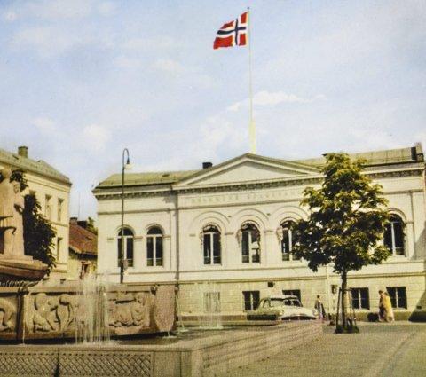 Revet: Drammens Sparebanks stilige bygning midt på Bragernes torg ble revet. Foto fra boken Drammen Sparebank 1923–1958
