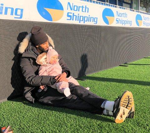 FAR OG DATTER: Amahl Pellegrino bor i Kristiansund sammen med kona Hanne Hekneby Pellegrino og datteren Alissia. Etter en knallsterk høstsesong i fjor, har Pellegrino merket en økende interesse fra utenlandske klubber.