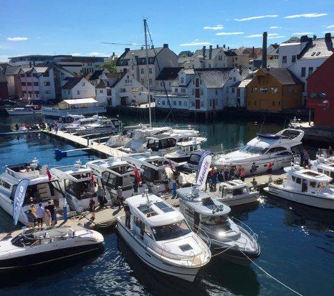 AUKE I BÅTTURISTAR: Det er ikkje berre båtmesse (biletet) som trekk båtfolket til Florø. Sommartrafikken har vore stor i år.