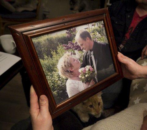 Trist: – Det er trist at min mann ikke husker bryllupet vårt. Nå håper jeg noen tar kampen mot elektrosjokk videre, sier Monica Hestad.
