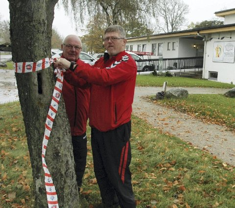 STARTSTEDET: Alf Gullik Hansen (t.v.) og Bjørn Pettersen i Fredrikstad Turmarsjklubb har begynt å merke lørdagens turløyper fra motellet på Kongsten. FOTO: GEIR LØVLI