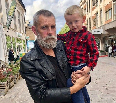 PAPPA: Tommy har nå vært mest familiemann en periode, her med yngstemann Ezra Amandus på fire. Nå blir det musikk igjen, med prosjektet Moody Messenger.