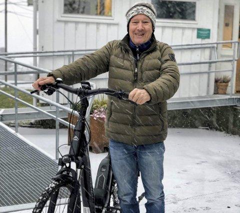 BLID LÅNTAGER TROSS SNØ: Einar Gulland på vei fra Onsøy bibliotek med elsykkelen som han har fått låne for en uke. Sykkelen er «skodd» for vintervær av Pedalen Sykkelverksted. FOTO; PRIVAT