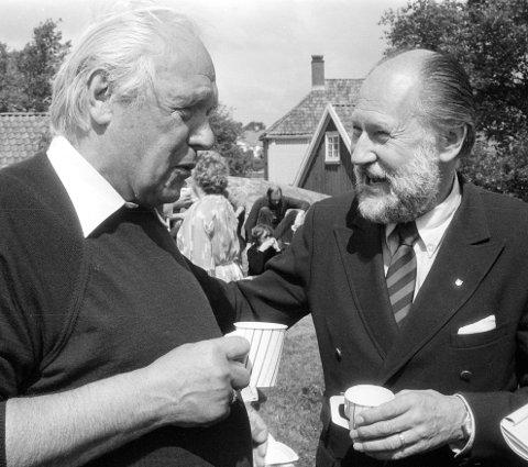 Riksantikvaren PÅ ISEGRAN: Juni 1985. Erling Johansen drøfter Jellhaug og andre fagspørsmål med riksantikvar Stephan Tschudi-Madsen. Foto: Harald Nielsen, FB 12/6-1985