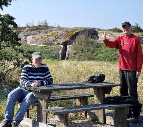 VEL BLÅST: Erik Nygren hever tommelen for at restaureringen av den tyske bunkersen i Ulvika på Torsnes er fullført. Sittende en annen dugnadsarbeider, Tom Hagen. FOTO: PRIVAT