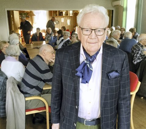 FULLT HUS: Geir Helljesen (80) kan registrere at det er stor interesse for hans kåseri på Bøndernes Hus på Karlshus. Så er han litt kjent i Rådebygda fra før. Hans datter har et småbruk på Tombsletta.