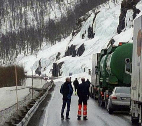 RAS: Her sperrer snøraset veien fredag formiddag. Foto: Ann-Hege Lund