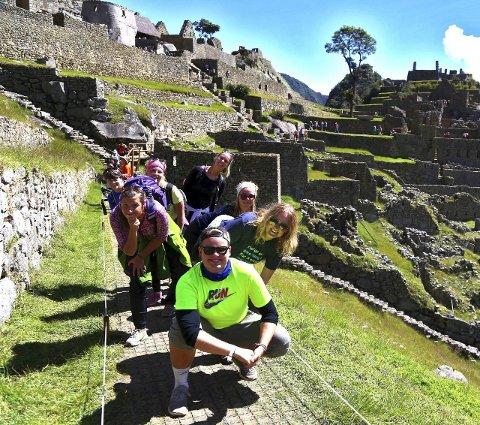 FORNØYD GJENG: Backpackergjengen skimter slutten på en spennende reise, her i Inkaenes fotspor i Peru.