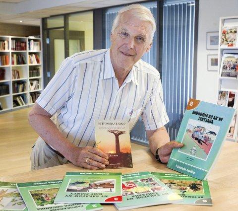 IKKE VANSKELIG: – Det gassiske språket er ikke vanskelig, og er logisk bygd opp, hevder Thor Ringsbu, her med de sju bøkene han allerede har produsert for å øke kompetansenivået innen landbruket på Madagaskar. Nå er han i gang med bok nummer åtte.