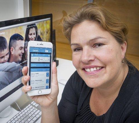 APP: Kari Bech-Moen viser stolt fram appen hun har utviklet. Den vil gjøre hverdagen mye enklere for både barnefamilier, skoler, barnehager og andre organisasjoner.