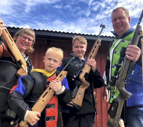 Skytterfamilien: Hilde, Karsten, Trygve og Atle Andreassen har funnet en felles interesse alle fire har veldig stor glede av. FOTO: HENNING DANIELSEN