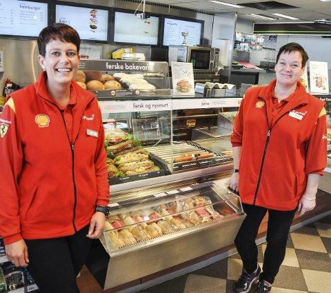 FERSKT: Bakervarene er alltid ferske og Linda Sjøvik (til venstre) og May Hilde Madsen tar gjerne imot bestillinger på mat.