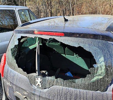 ØDELAGT: Slik ser bilen til Thom Stener Jensen ut. Skadeverket ble påført bilen sent søndag kveld eller natt til mandag i Tistedalsveien.
