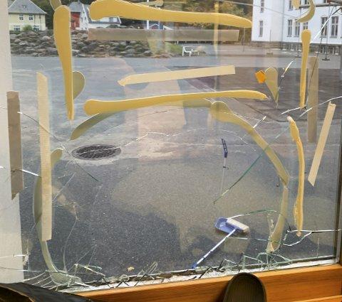 Møtt av knuste ruter: I løpet av helga har nokon knust ruter på Odda barneskule. Foto: Privat