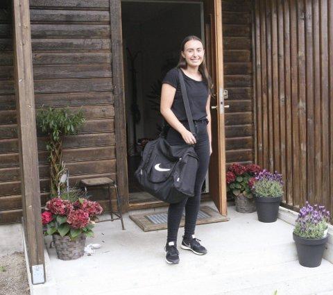 DØMMER MYE: Emma Karin Holm er stadig på farten med dommerbagen sin. Hun tar både oppdrag som hoveddommer og assistentdommer.