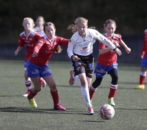 FLOTT DRIV: Vard-spillerne Sophie Bjørnnes (t.v.) og Tatiana Kondarewicz prøver forgjeves å stoppe Stords Cille Nilsen (11). ALLE FOTO: GRETHE NYGAARD