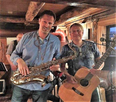SAMSPILTE: Mens Trond Inge Halten spiller flere instrumenter, her med saxofon, er storebror Anders tro mot kassegitaren.