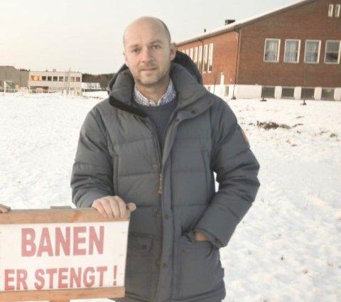 ILDSJEL: Knut Rognhaug har vært med og sørge for skøyteis på Aursmoen i en årrekke, men i år uteblir isen. – Uten penger og støtte er det vanskelig å drive dugnaden videre, opplyser aurskogingen.