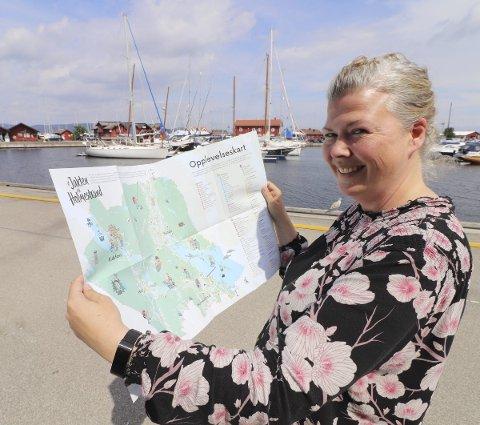 Inspirasjon: Kommunikasjonsrådgiver Suzy Haugan viser fram kartet som skal inspirere til å bli bedre kjent med den nye kommunen. Foto: Pål Nordby