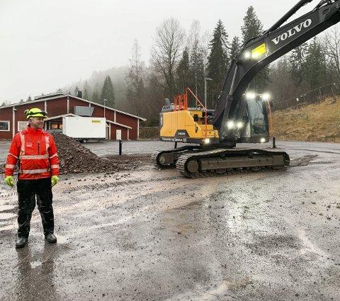 STARTET: Jarle Reinskau fra Veidekke var torsdag på plass på byggetomta ved Kleivrud skole.