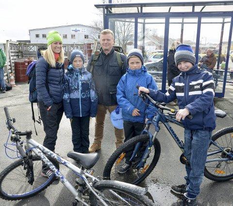 JOMFRULAND: Tina, Len, Ven Gunnar og Fillip Gundersen og Thomas Sørensen fra Froland tok turen til Jomfruland.