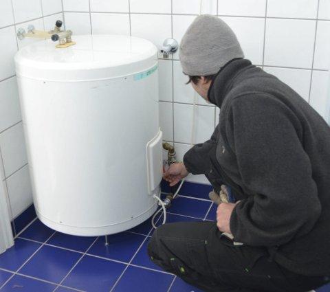 Stoppekraner og andre kraner må sjekkes for å hindre vannlekkasjer.