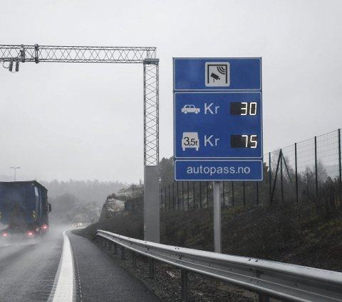 Det koster fortsatt 30 kroner (her ved Mørland), pluss 14 kroner vest for Longum-krysset, å kjøre mellom Tvedestrand og Arendal. Nå blir det snart billigere å kjøre på den nye E18.