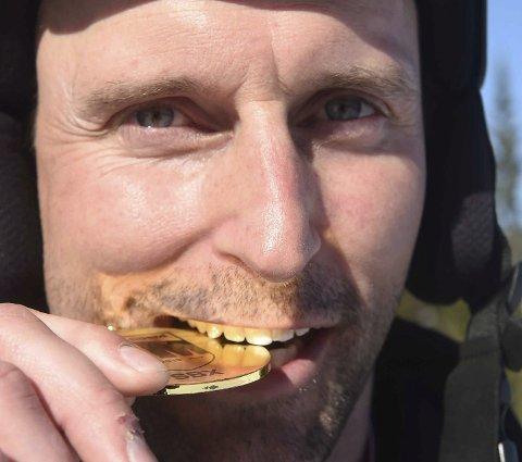 SMAKTE GODT: Uvdølen Ola Rudi fikk endelig sitt etterlengtede NM-gull i snøbrettcross.FOTO: OLE JOHN HOSTVEDT