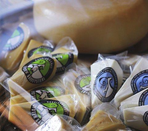 Populær ost: Lofoten Gårdsysteri har to typer ost, en med blå etikett og grønn etikett. Den blå er ren geite-ost, mens den grønne er blanding av ku og geit.