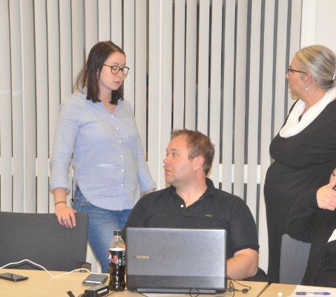 FLERBRUKSHALL: Formannskapet i Moskenes vil møte Flakstad, men har ikke penger til hall. Fra h. ordfører Lillian Rasmussen, Eirik Johnsen og Hanna M. Sverdrup.