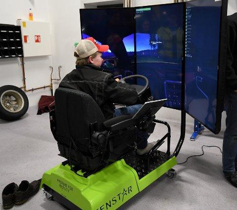Amund Haugaløkken Vollen fikk teste bilsimulator.