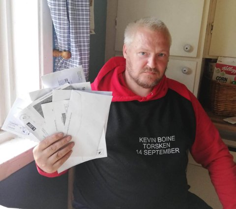 Hermod Eide med en bunke brev adressert til mannen som har oppgitt at han har flyttet inn i Eides hus i Torsken. Foto: Ola Solvang